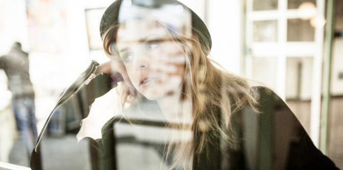 悩んでいる中洲で働くキャバ嬢のイメージ画像
